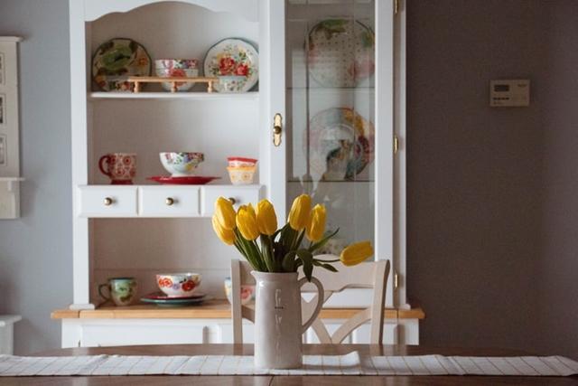 ruda chata-blog-wiosenne iwielkanocne dekoracje domu-tulipany wdzbanku-dzbanek dekoracyjny