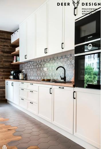 ruda chata-blog-eklektyzm wewnętrzach-styl eklektyczny-styl skandynawski-wzorzyste płytki wkuchni-heksagony napodłodze-biała kuchnia