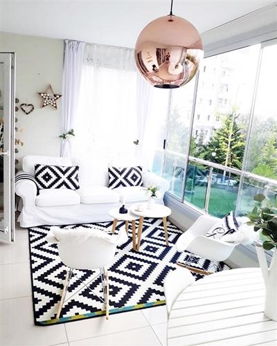 ruda chata-blog-jak stworzyc piekny balkon-balkon zabudowany szklem-jasny balkon-kanapa nabalkonie-zaslony