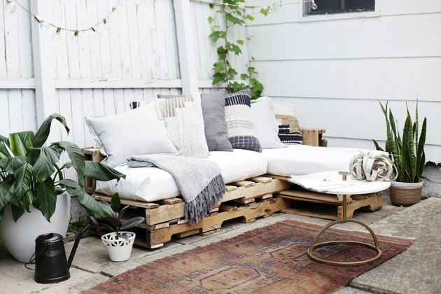 ruda chata-blog-jak stworzyc piekny balkon-meble z palet na balkonie