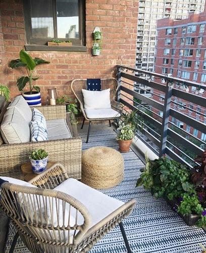 ruda chata-blog-jak stworzyc piekny balkon-meble ztechnorattanu-dywan nabalkonie-rośliny-maly balkon wbloku