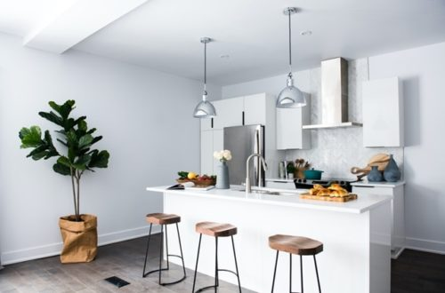 ruda chata-blog-oddzielic kuchnię od salonu-biała kuchnia-wyspa kuchenna
