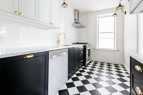 ruda chata- blog-jak tanim kosztem odmienić kuchnię-biało czarna szachownica podłoga- malowanie podłogi wkuchni-malowanie płytek
