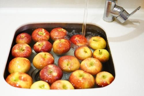 ruda chata-blog-sasiedzkiepodlewanie-podlewanie-gromadzenie ioszczedzanie wody-wykorzystanie wody pomyciu owoców iwarzyw