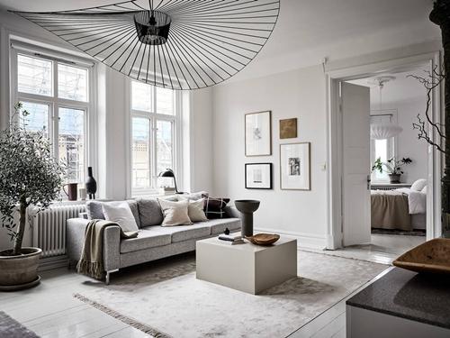 ruda chata-blog-wnętrza wstylu skandynawskim-światło-duże okna-jasne wnętrze-jasny salon