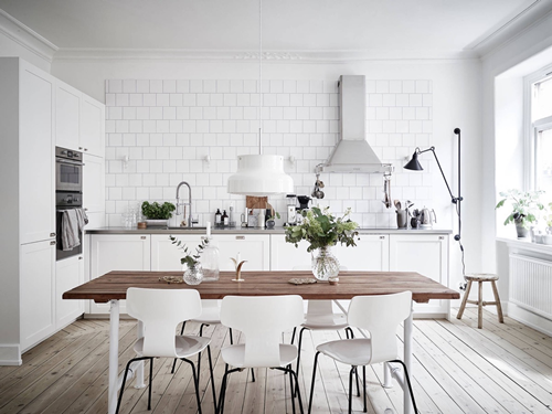 ruda chata-blog-wnętrza wstylu skandynawskim-biała kuchnia wstylu skandynawskim-skandynawska kuchnia-biała cegiełka-drewniany stół