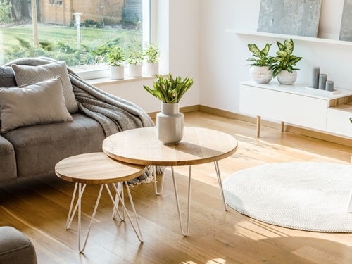 ruda chata-blog-wnętrza wstylu skandynawskim-wieź znaturą-naturalne materiały-drewniane stoliki-pled-drewniana podłoga