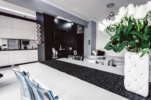 ruda chata-blog-wnętrze wstylu glamour-dodatki-biało czarny salon