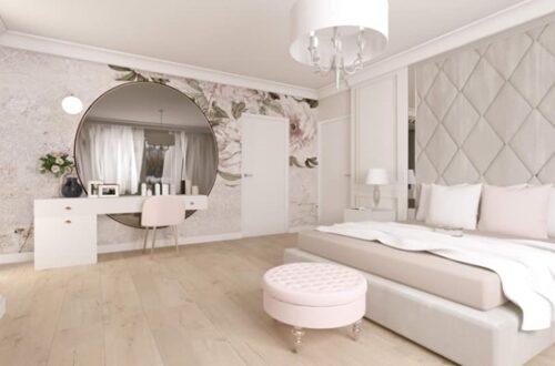 ruda chata-blog-wnętrze w stylu glamour-duża jasna sypialnia-tapeta w kwiaty-ogromne lustro-pikowany zagłówek łóżka-pufa glamour