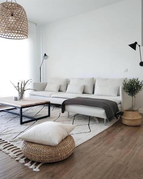 ruda chata-blog-wybór dywanu-jasny salon-biała kanapa-industrialny stolik kawowy-pleciona pufa-skandynawsi dywan
