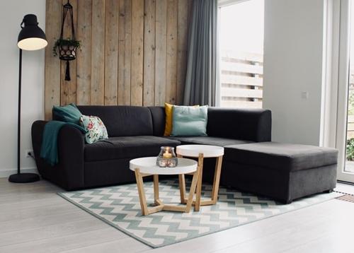 ruda chata-blog-wybór dywanu-minimalistyczny salon-dywan wzygzaki-sciana zdesek-szara kanapa