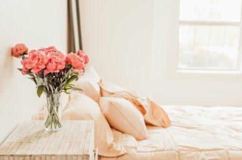 janiszewska marta-suwałki-wiosenne porządki które utrzymają się na dłuzej-kwiaty-sypialnia-pościel pudrowy róż-brzoskwiniowy